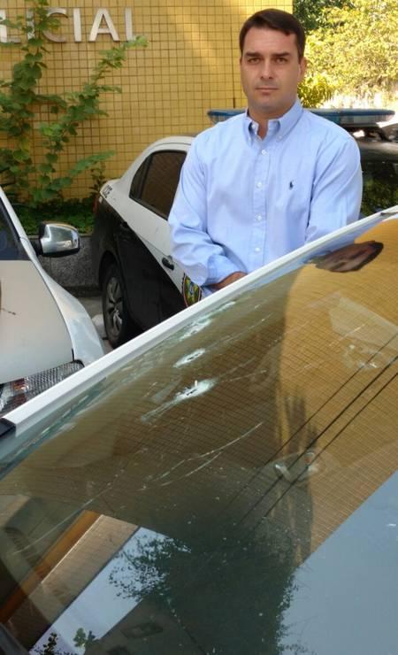 Em 2016, Flávio trocou tiros com bandidos para impedir um assalto na Barra da Tijuca. O parlamentar estava em um Honda Civic com segurança e viu quando ladrões abordaram um carro à frente, de dentro do carro, Flávio atirou. Após o confronto, os criminosos, que pilotavam motocicletas, fugiram Foto: Divulgação 13/04/2016