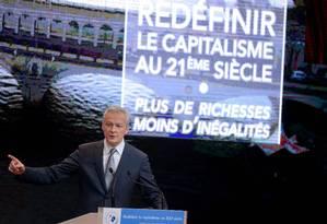 Le Maire discursa: na tela atrás do ministro, está escrito