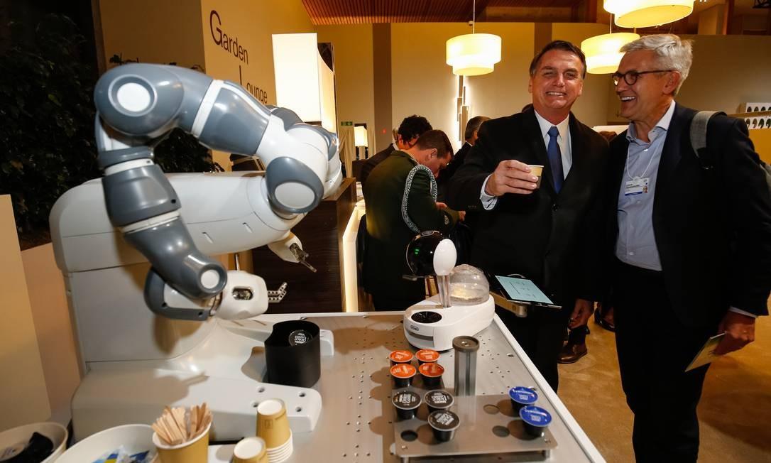 """Bolsonaro, toma um cafezinho """"robótico"""" após reunião do Conselho Internacional de Negócios, em Davos Foto: Alan Santos/PR / Agência O Globo"""