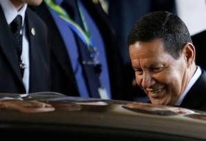 Mourão: leitura em dia Foto: Jorge William/Agência O Globo