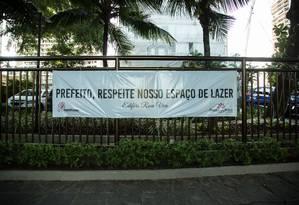 Moradores fixaram faixas nos prédios com reivindicações Foto: Brenno Carvalho / Agência O Globo