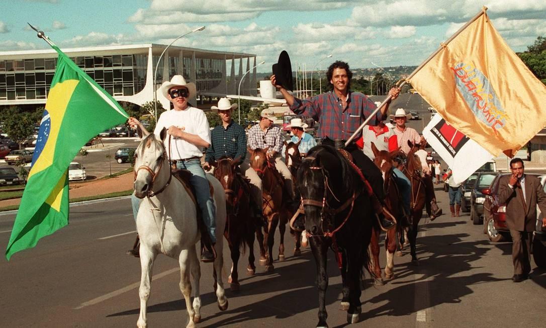 Ao lado de Marcos Palmeira, o ator calvagou pela Esplanada dos Ministérios, em Brasília, para divulgar o filme 'Buena sorte'. Os dois estrelaram juntos o longa-metragem de Tânia Lamarca em 1997 Sergio Marques / Agência O Globo