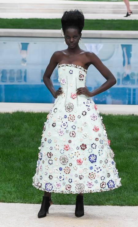 As flores invadiram as preciosas coleção de alta-costura para o verão 2019, em Paris. A tendência, uma das principais da temporada, apareceu nos desfiles das grifes Chanel (foto), Givenchy e Armani Privé Foto: Victor Boyko / Getty Images