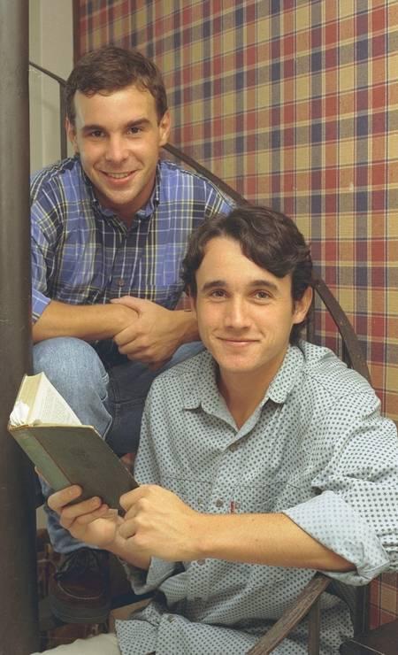 Caio posa ao lado do também ator Jonas Torres em 1997. Os dois são bisnetos do poeta Jorge de Lima e participaram de leituras em homenagem ao escritor Foto: Camilla Maia / Agência O Globo
