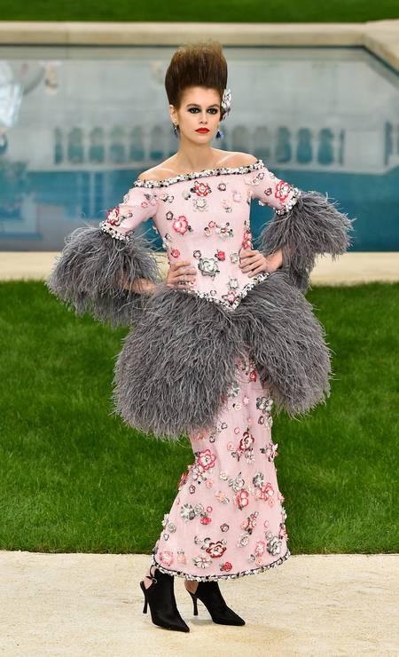 Kaia Gerber: aplicações de flores no look Chanel Foto: Peter White / Getty Images