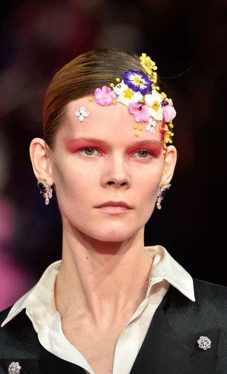 Na passarela de Alexis Mabille, as modelos desfilaram com flores até na cabeça Foto: Peter White / Getty Images