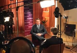 Bolsonaro concede entrevista à agência de notícias Bloomberg, em Davos Foto: Reprodução