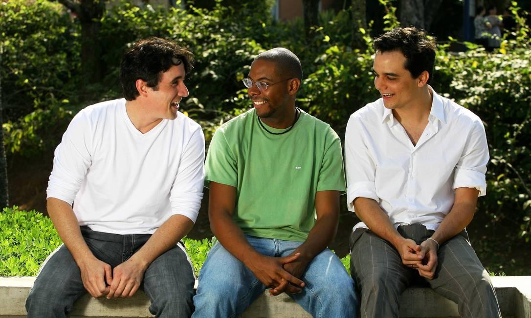 Caio (à direita) posa ao lado de André Ramiro e Wagner Moura, seus colegas de elenco em 'Tropa de elite', em 2007 Foto: Fábio Rossi / Agência O Globo