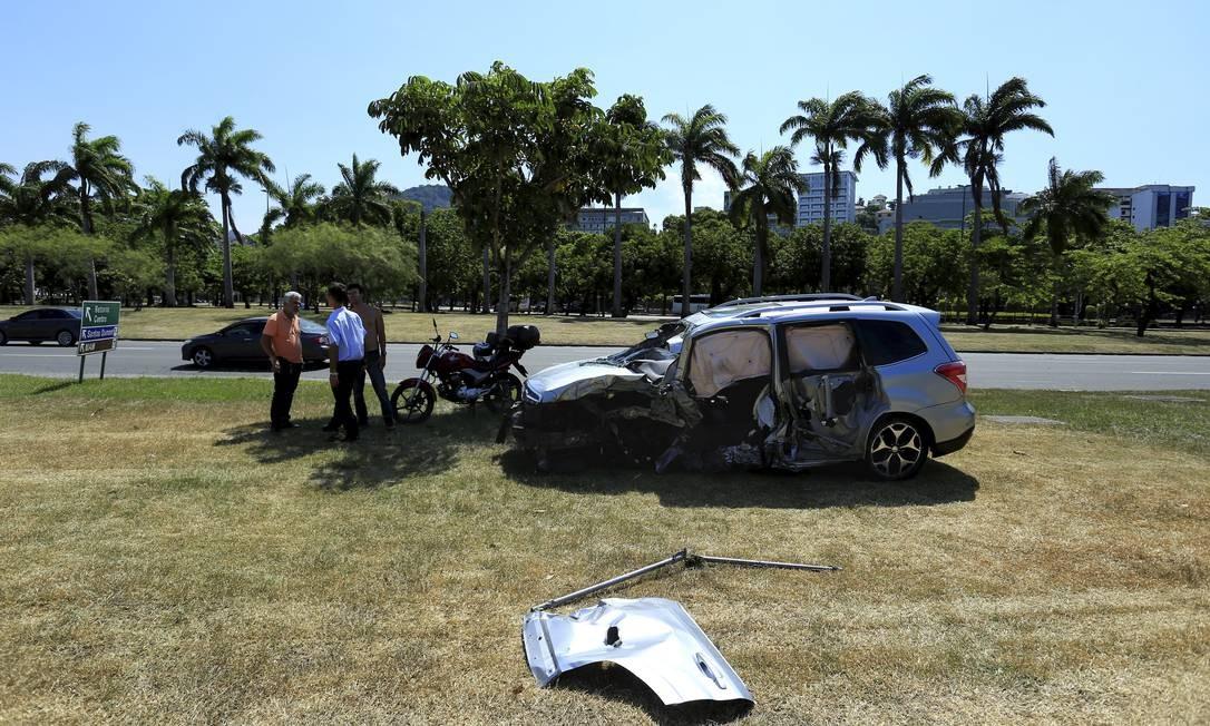 Carro do ator Caio Junqqueira fica destruído após acidente no Aterro do Flamengo Foto: Marcelo Theobald