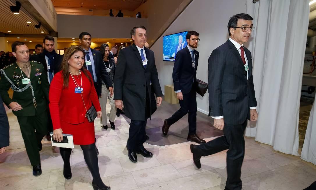 Presidente da República, Jair Bolsonaro caminha acompanhado da embaixadora Marisol Argueta, diretora de Estratégias Regionais para a América Latina do Fórum Econômico Mundial Foto: Alan Santos/PR / Agência O Globo