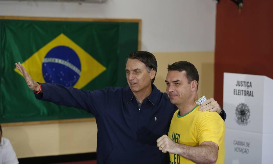 Flávio acompanhou de perto a campanha do pai, principalmente após o ataque com faca. Ele ficou frequentemente ao lado de Bolsonaro durante as transmissões ao vivo do pai na internet Foto: Pablo Jacob / Agência O Globo 07/10/2018