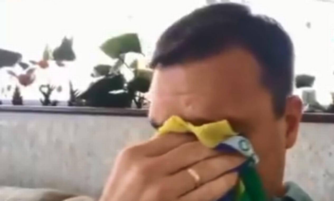 Como toda a família, Flávio sempre teve grande atuação nas redes sociais. Em uma transmissão ao vivo após o pai sofrer ataque com faca em Juiz de Fora, em setembro, ele chegou a chorar e enxugar as lágrimas em uma bandeira do Brasil Foto: Reprodução