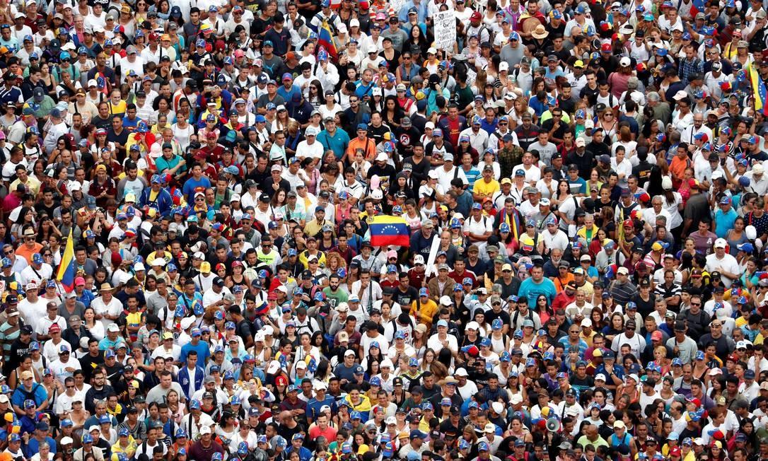Manifestantes da oposição se reúnem para marcha contra presidente Nicolás Maduro; protesto ocorre na data que marca os 61 anos do golpe de Estado que derrubou ditadura em 1958 Foto: CARLOS GARCIA RAWLINS / REUTERS