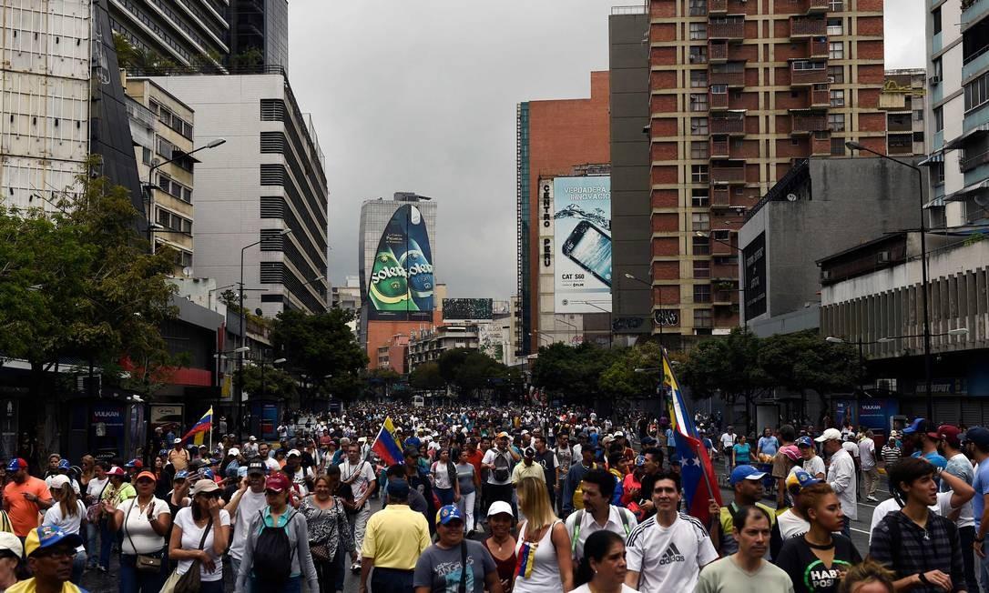 Em Caracas, manifestantes se concentram para marcha contra presidente; durante a madrugada anterior, quatro pessoas morreram em marchas na capital e outras localidades da Venezuela Foto: FEDERICO PARRA / AFP