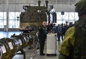 Autoridades russas mostram míssil 9M729 a jornalistas nos arredores de Moscou Foto: VASILY MAXIMOV / AFP