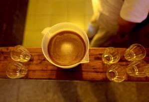 Chá de ayahuasca, usado em rituais religiosos Foto: Pedro Kirilos / Agência O Globo/03-11-2014
