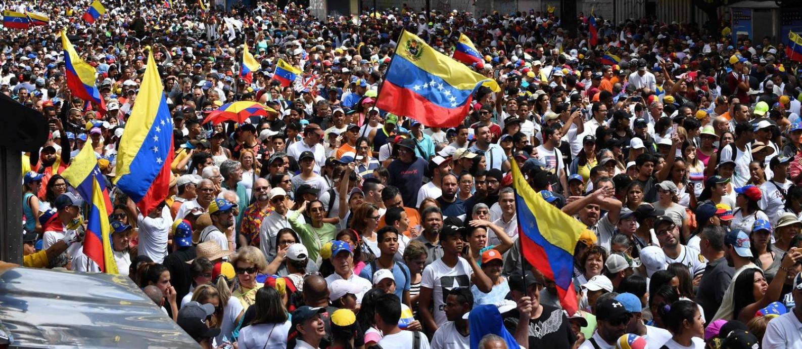 Manifestantes da oposição tomam ruas de Caracas contra Maduro Foto: YURI CORTEZ / AFP