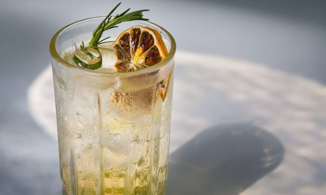 Soda de elderflower com água de laranjeira e limão do Tortin, no Be+Co Foto: Leo Martins. Foodstylist: Lou Bittencourt / Agência O Globo