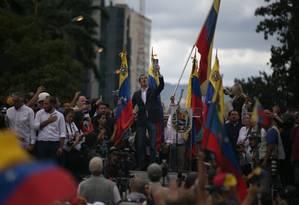 Juan Guaidó, presidente da Assembleia Nacional, se declara presidente interino da Venezuela, não reconhecendo o novo mandato de Nicolás Maduro. Guaidó recebeu o apoio de outros países, como Estados Unidos e Brasil Foto: Rafael Hernandez / picture alliance via Getty Image