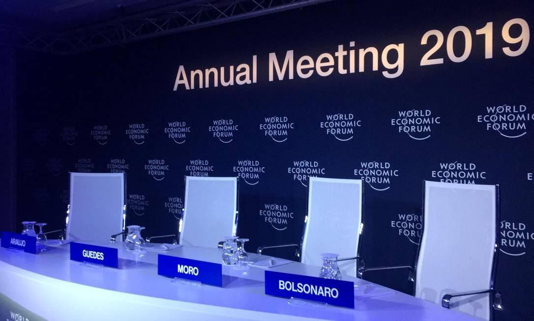 Cadeiras com os nomes de Bolsonaro e de ministros ficaram vazias Foto: Vivian Oswald/23-1-2019 / Vivian Oswald/Agência O Globo