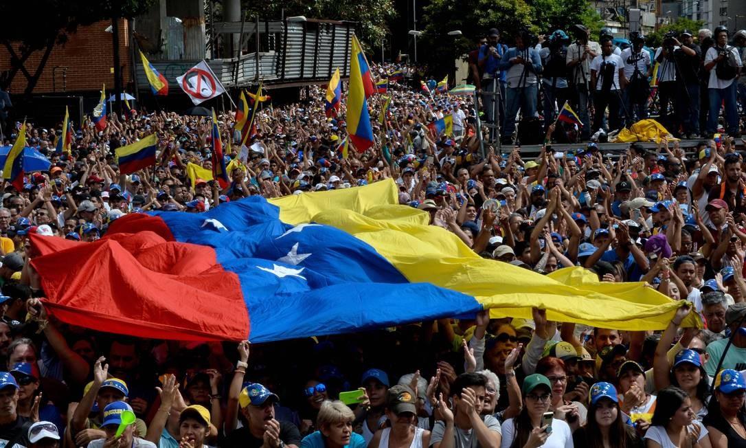Manifestantes reagem a discurso de opositor Juan Guaidó em Caracas Foto: FEDERICO PARRA / AFP