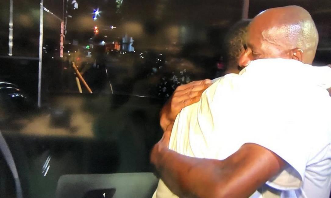 Jorge Benjamin abraça o filho Leonardo, após a soltura Foto: Reprodução TV Globo