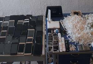 Os celulares e as drogas apreendidos na revista Foto: Seap / Divulgação