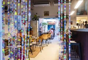 Quartinho: novo bar em Botafogo tem clima de que quem está fora quer entrar, mas quem está dentro não sai Foto: Filipe Marques / Divulgação