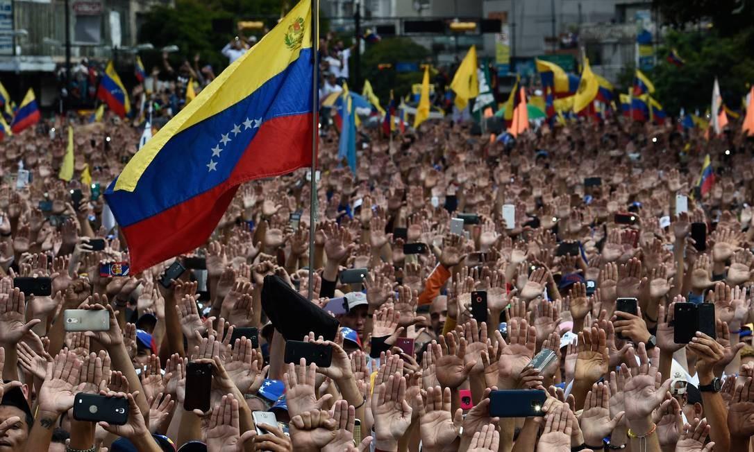 Venezuelanos participam de protesto contra Maduro em Caracas Foto: FEDERICO PARRA / AFP