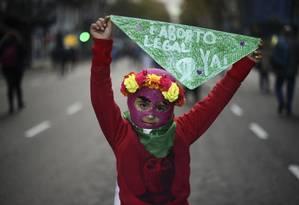 Em uma manifestação de rua em junho de 2018, uma criança segura um lenço verde, símbolo da campanha pró-legalização geral do aborto na Argentina Foto: EITAN ABRAMOVICH / AFP/04-06-2018