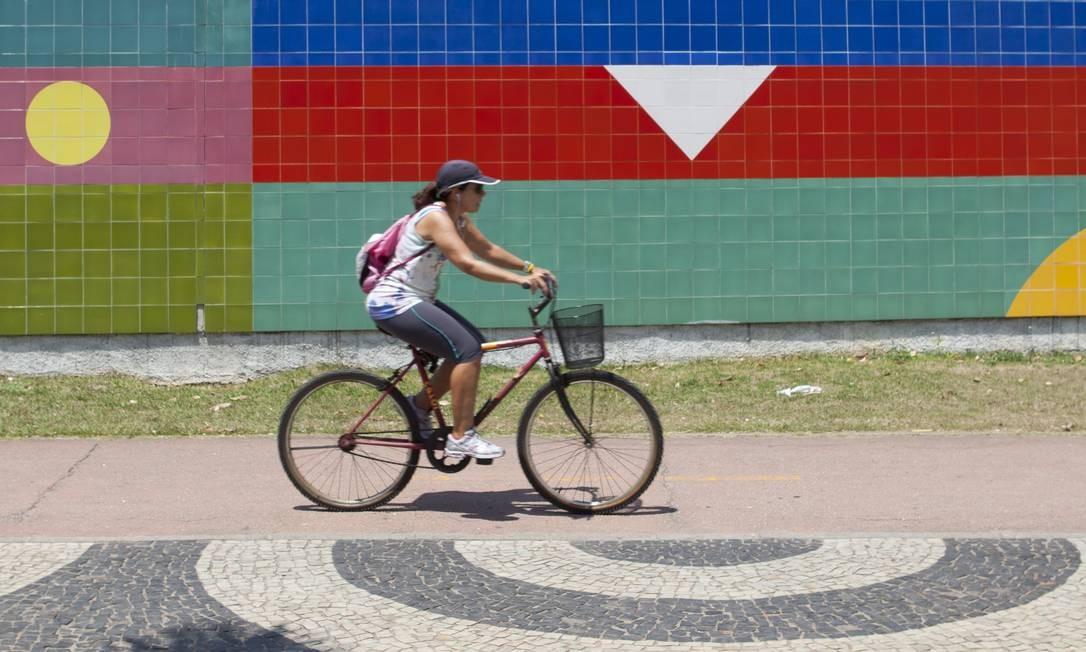 Painel de azulejos de Aluísio Carvão, na Rua Mário Ribeiro: cores e formas geométricas Foto: Laura Marques / Agência O Globo