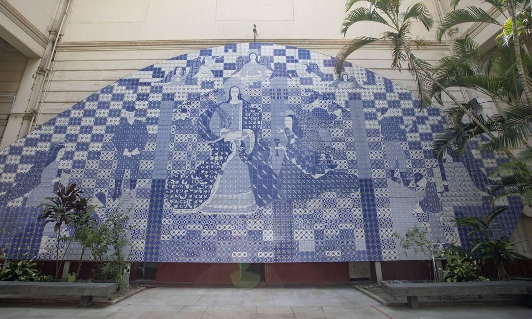 O painel de Djanira foi feito em homenagem aos 18 operários mortos num acidente durante a construção do túnel Santa Bárbara Foto: Ana Branco / Agência O Globo