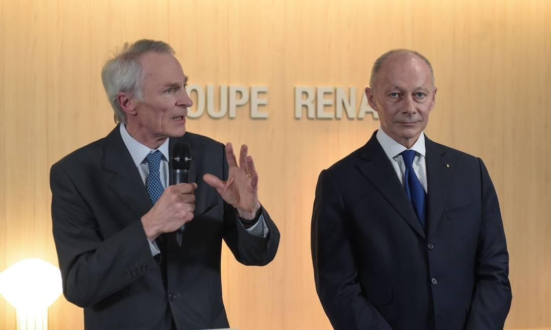 O novo presidente do Conselho da Renault, Jean-Dominique Senard, discursa ao lado do novo diretor-geral da montadora, Thierry Bollore. Ambos substituíram Carlos Ghosn Foto: ERIC PIERMONT / AFP