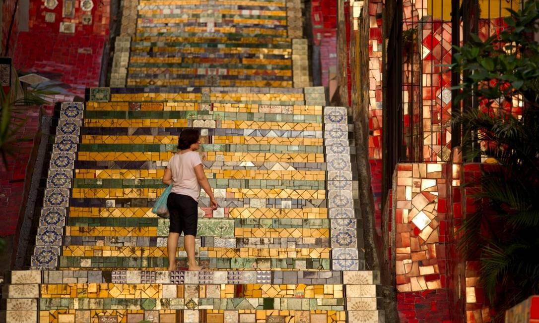 Azulejos do mundo inteiro nos 225 degraus da Escadaria Selarón Foto: Márcia Foletto / Agência O Globo