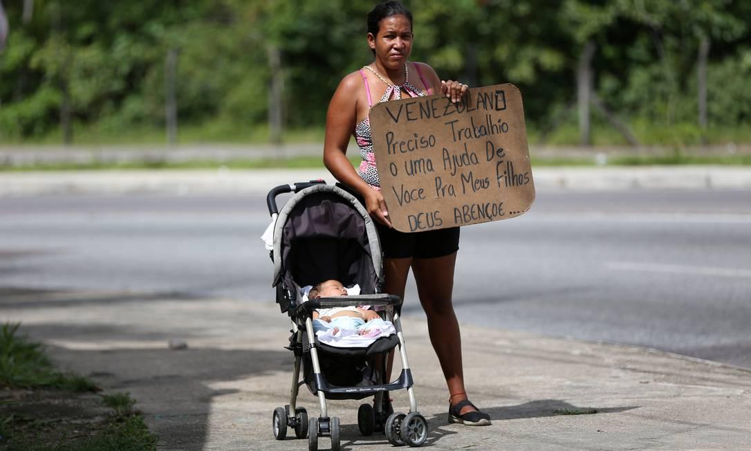 Venezuelana pede ajuda para sustentar filhos em Manaus, no Brasil Foto: BRUNO KELLY / REUTERS