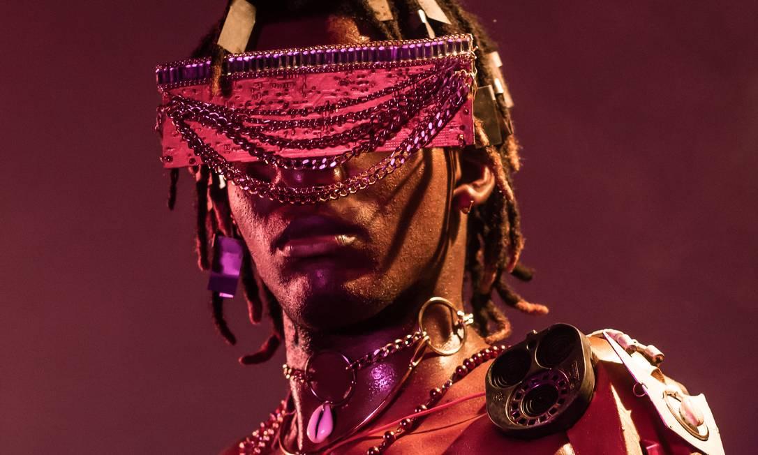 O modelo William Severo, vestido de 'TecnOrixá' em imagem criada para o projeto 'Iroko' Foto: Andressa Nubia/Divulgação
