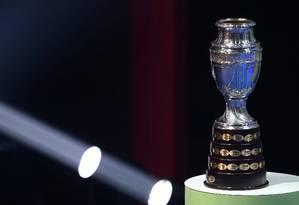 Taça da Copa América exposta durante o sorteio Foto: SERGIO MORAES / REUTERS