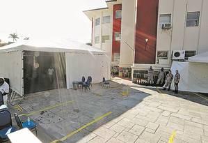 A tenda onde a então diretora do Hospital Federal de Bonsucesso pretendia fazer uma festa para comemorar o aniversário da unidade de saúde Foto: Agência O Globo / Domingos Peixoto