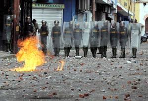 Forças de segurança fazem barreira durante confrontos com manifestantes oposicionistas em Táchira, na Venezuela Foto: Carlos Eduardo Ramirez / REUTERS