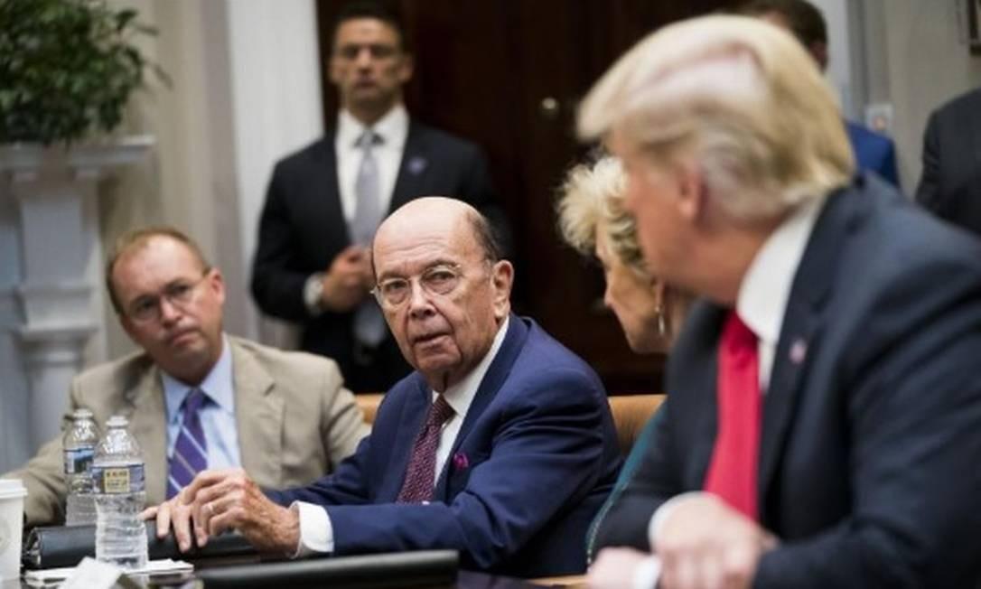 O secretário de Comércio, Wilbur Ross, no centro, fala com o presidente Donald Trump durante a reunião na Casa Branca, em Washington Foto: / NYT