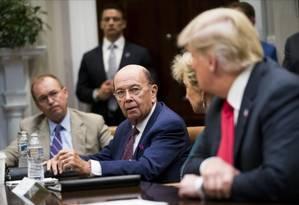 O secretário de Comércio, Wilbur Ross, no centro, fala com o presidente Donald Trump durante a reunião na Casa Branca, em Washington Foto: NYT