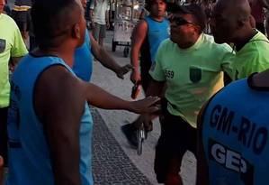 PM que agrediu jovens nesta quinta-feira, identificado com número 559, sacou arma para guarda municipais há duas semanas Foto: Reprodução