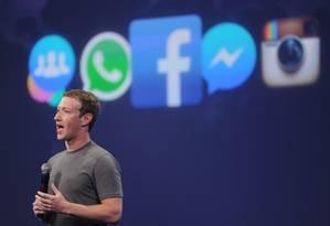 O diretor executivo do Facebook, Mark Zuckerberg, planeja a integração da infraestrutura de mensagens dos aplicativos Instagram, WhatsApp e Facebook Messenger Foto: Josh Edelson / AFP