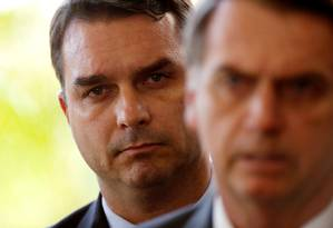 O senador eleito Flávio Bolsonaro e o presidente Jair Bolsonaro Foto: Adriano Machado / Reuters