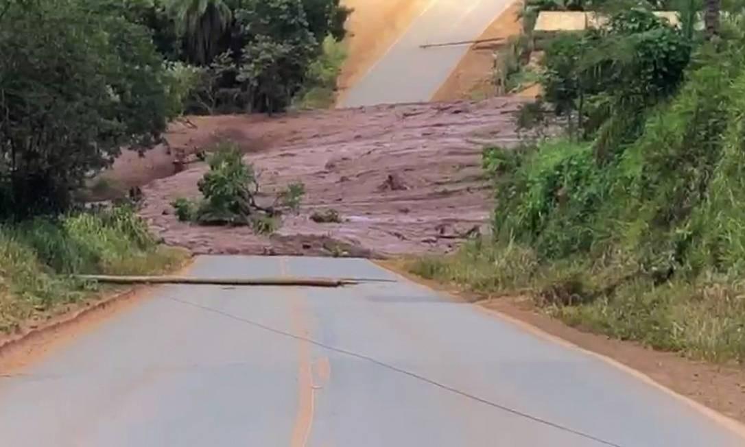 Mar de lama que vazou de barragem de rejeitos cruza estrada em Brumadinho (MG) Foto: Reprodução / TV Globo