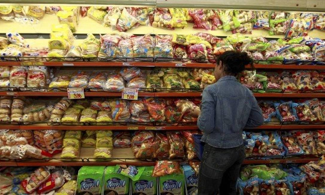 Consumidora junto à seção de pães em supermercado no Rio: pesquisadores defendem criação de convenção-quadro das Nações Unidas similar à adotada contra o tabaco para controlar indústria alimentar Foto: Urbano Erbiste/03-05-2016