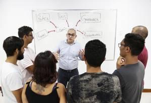 Felipe Tsuruta, coordenador de pós-graduação da Veiga de Almeida, com alunos Foto: Marcos Ramos / Agência O Globo