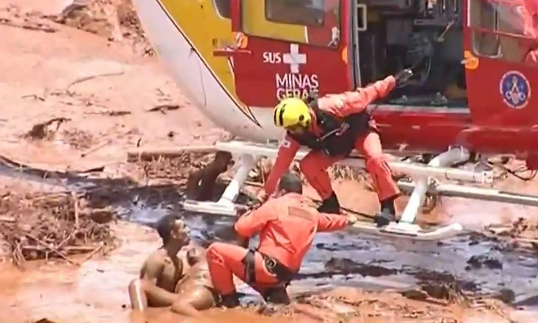 Equipe dos Bombeiros de Minas socorre vítima do rompimento da barragem da Vale em Brumadinho Foto: Reprodução / TV Record /