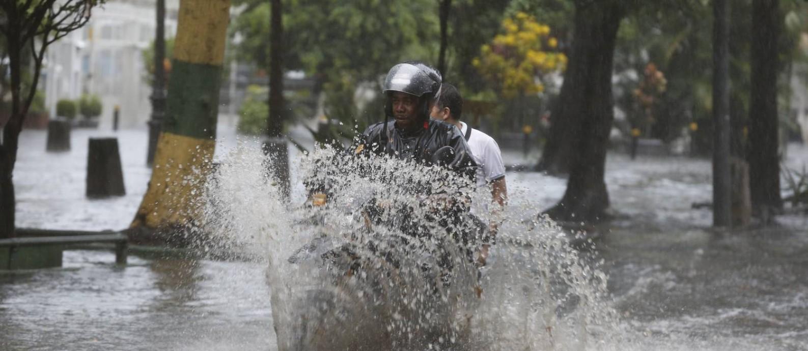 Ruas ficaram alagadas no Catete e no Flamengo Foto  Domingos Peixoto    Agência O GLOBO 7163c4d482114