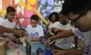 Alunos da oficina de grafite da Maré durante uma atividade Foto: Agência O Globo / Roberto Moreyra